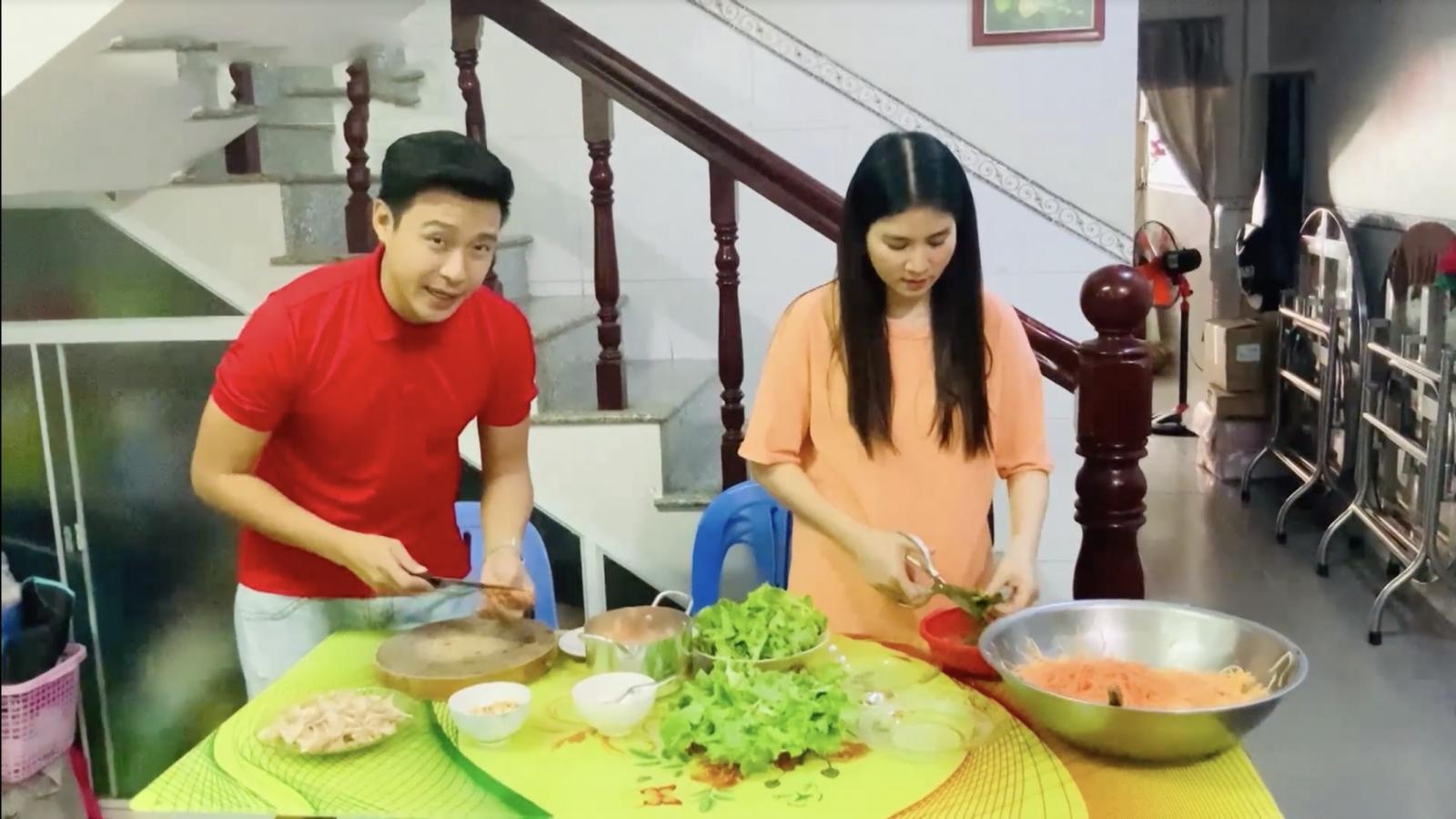 Kha Ly hạnh phúc cùng Thanh Duy vào bếp nấu ăn ngày giãn cách