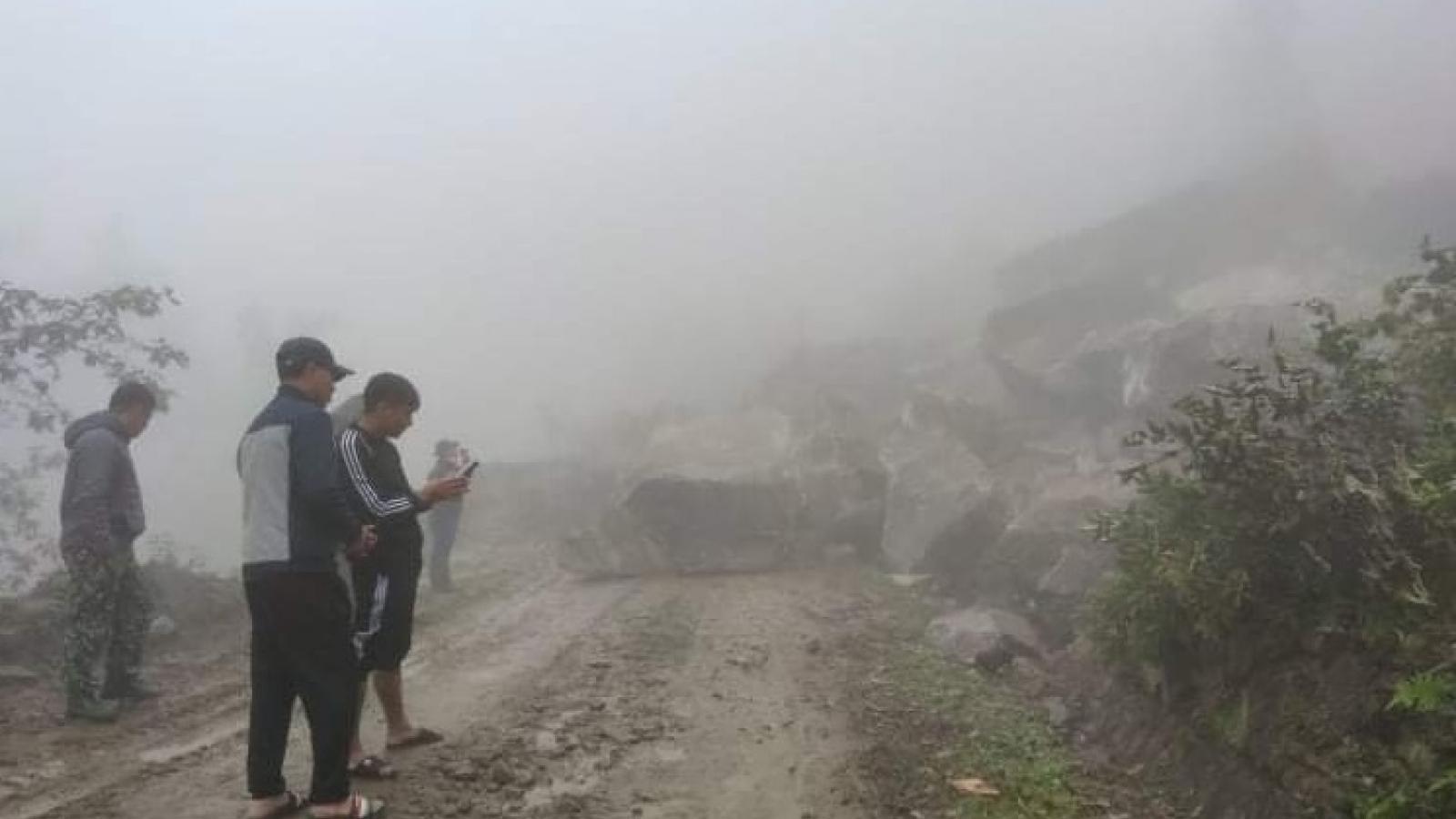 Hàng chục nghìn khối đất đá vùi lấp tỉnh lộ 158 đi Bát Xát, Lào Cai