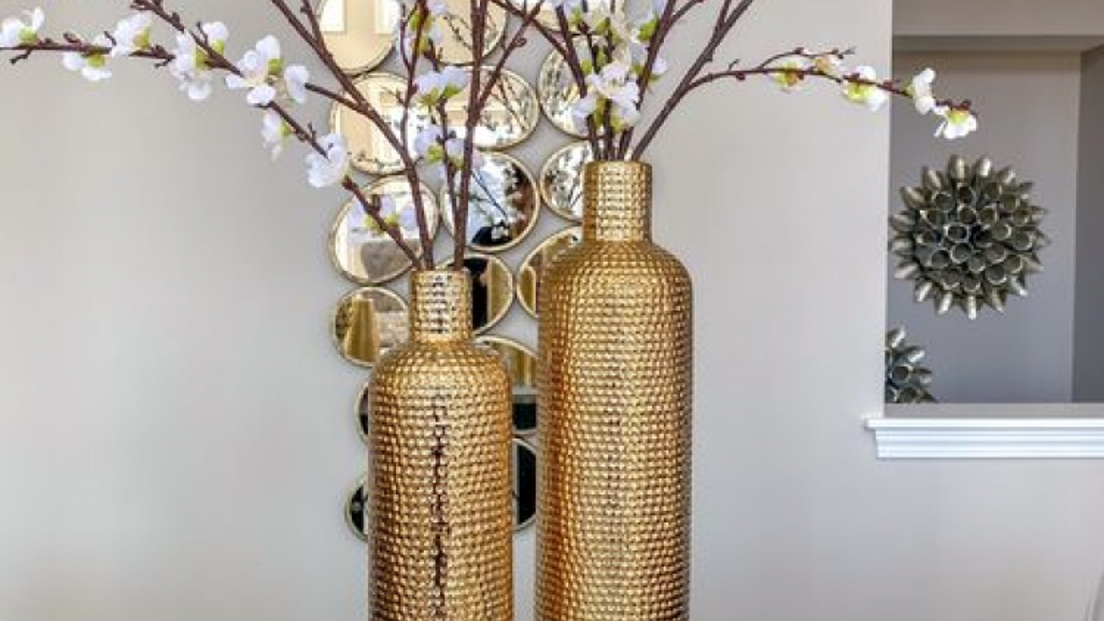 Ý tưởng trang trí nhà độc đáo với bình hoa cao cổ