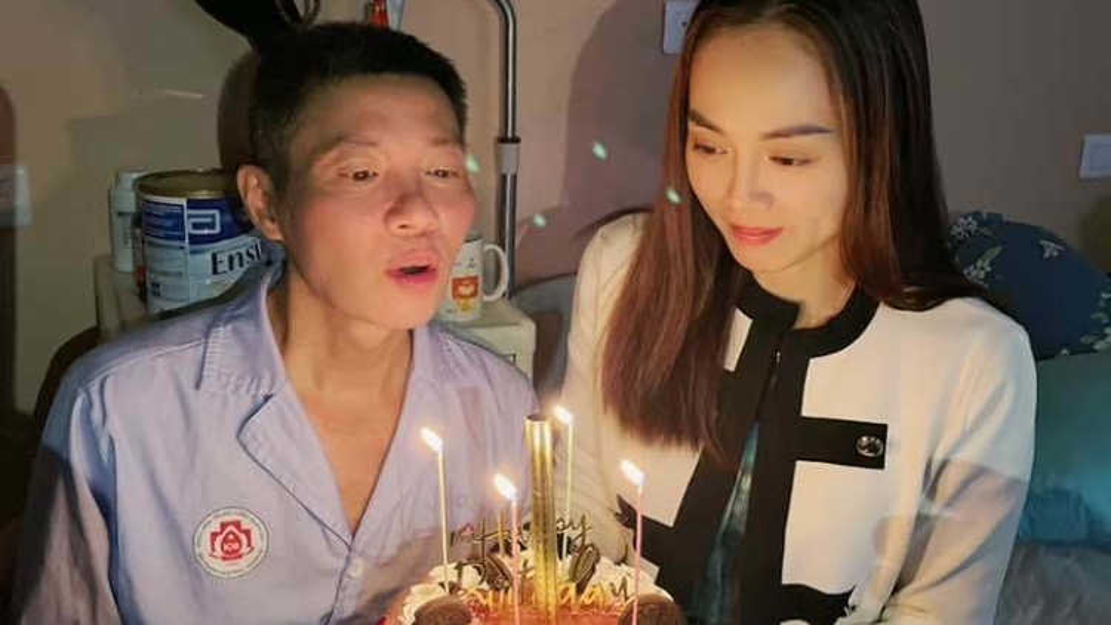 Vợ, con trai và đồng nghiệp vào viện mừng sinh nhật NSND Công Lý