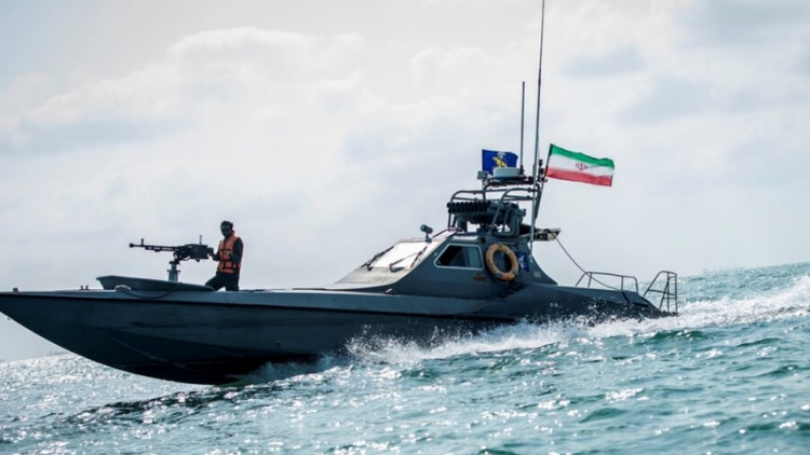 """IRGC đăng video cuộc """"chạm trán"""" với tàu Mỹ ở Vịnh Ba Tư"""