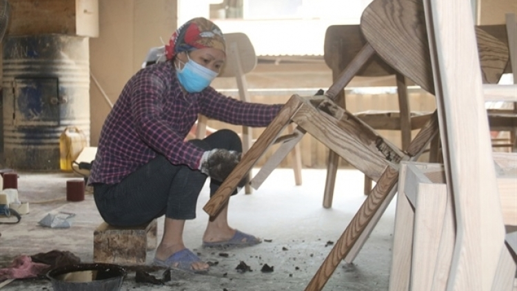 Wooden furniture producers prefer outsourcing, reluctant to build brands