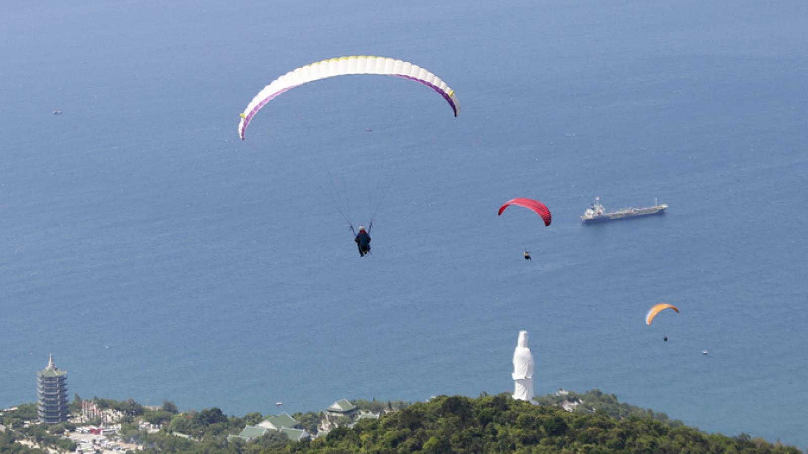 Paragliders compete in Da Nang city