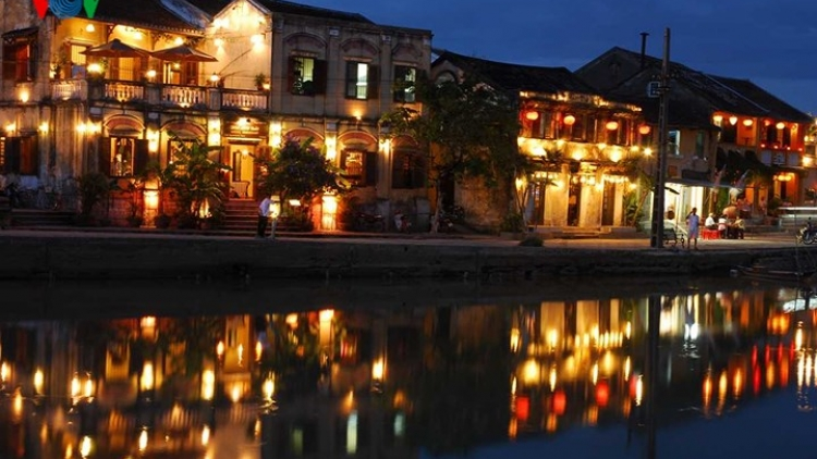 Popular night markets of Hoi An ancient town