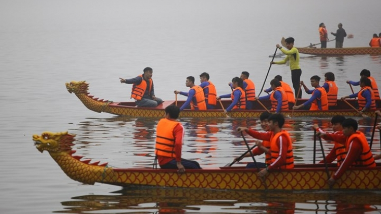 Hanoi's first dragon boat race stirs up the crowds