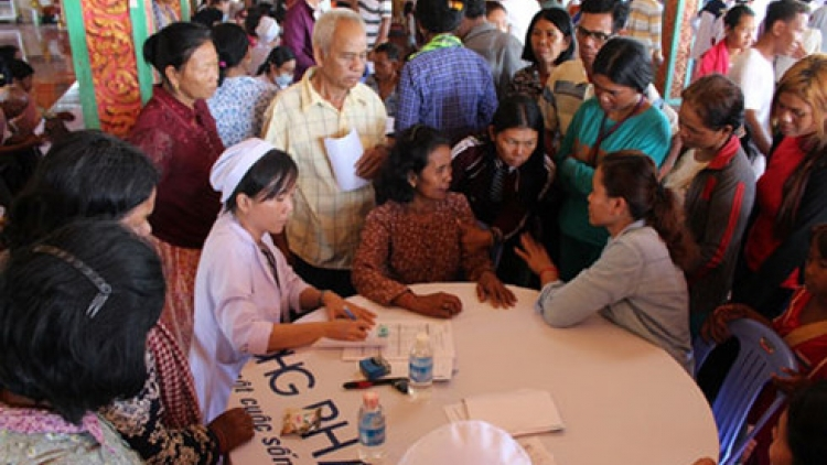 Can Tho doctors provide Cambodians free medical care