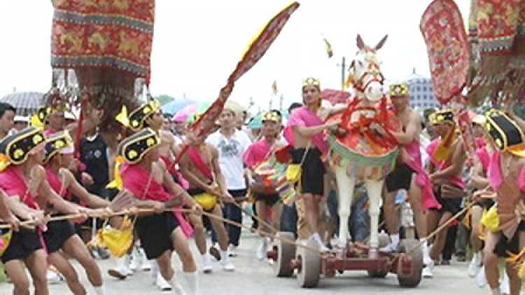 Thousands of visitors flock to Giong Festival