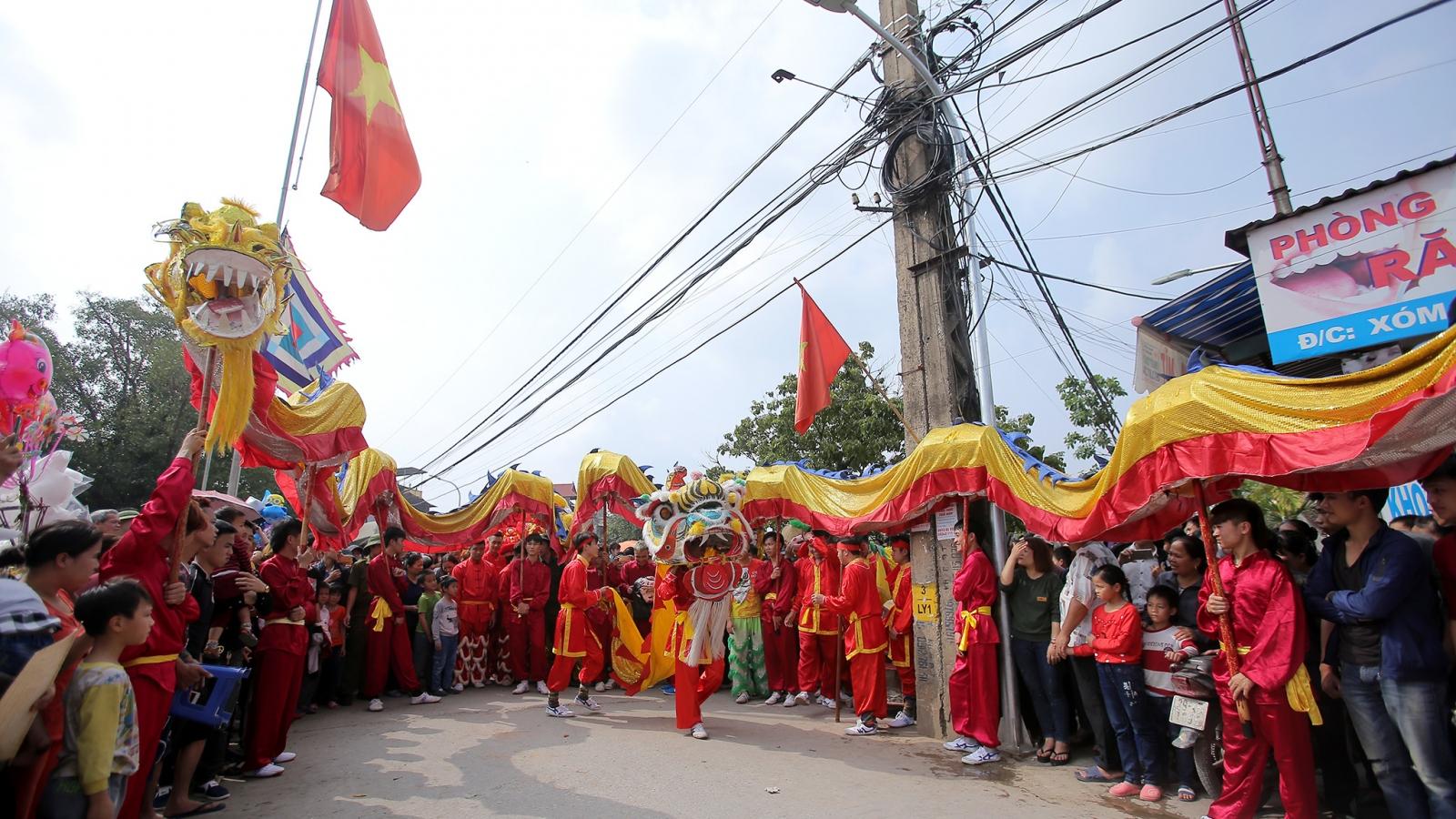 Thousands take to Hanoi outskirts for Lai Yen Festival
