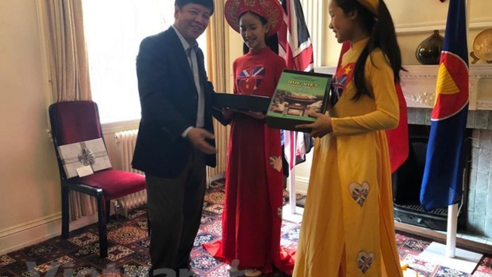 Officials on Overseas Vietnamese Affairs visit UK