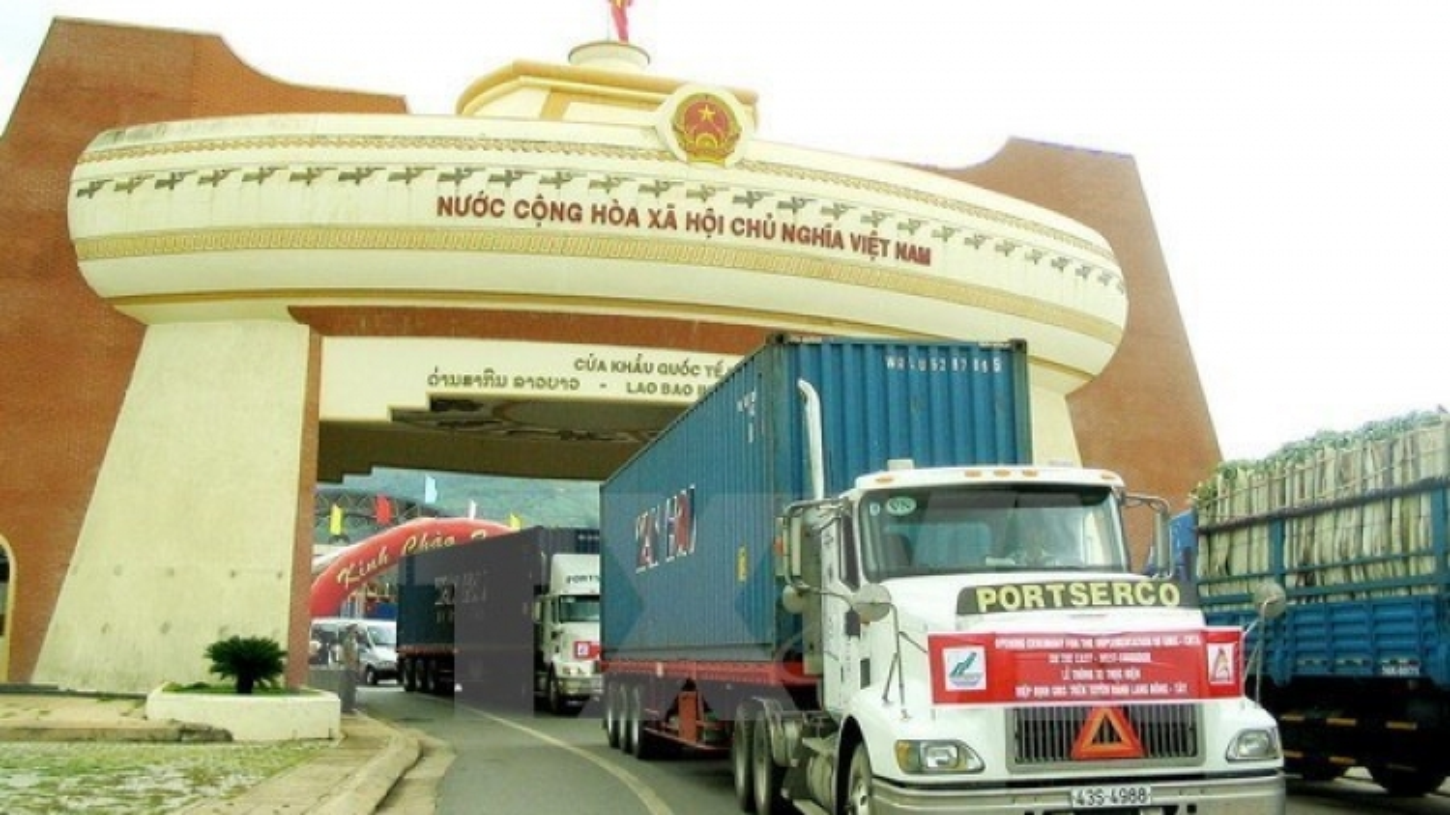 Vietnam, Laos sign protocol on adjustment of good transit deal