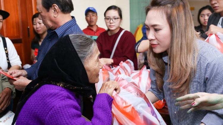 My Tam presents Tet gifts to poor people