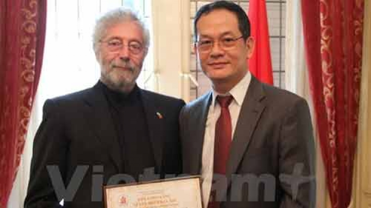 Argentinian supporter of Vietnamese AO victims honoured