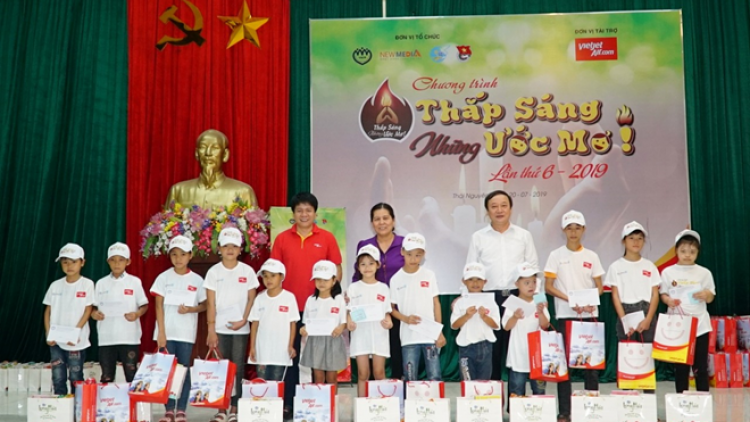 Vietjet teams up with organisations to present gifts to needy children