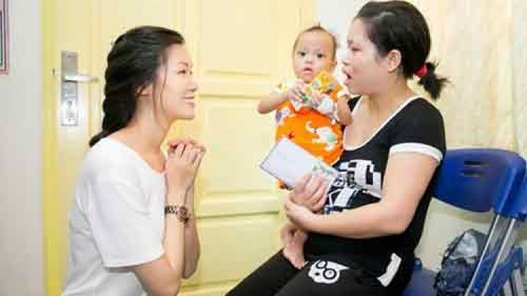 Thuy Dung donates to kids at National Hospital of Paediatrics
