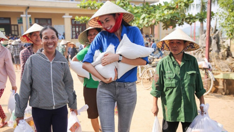 Pham Huong reaches out to Quang Binh flood victims