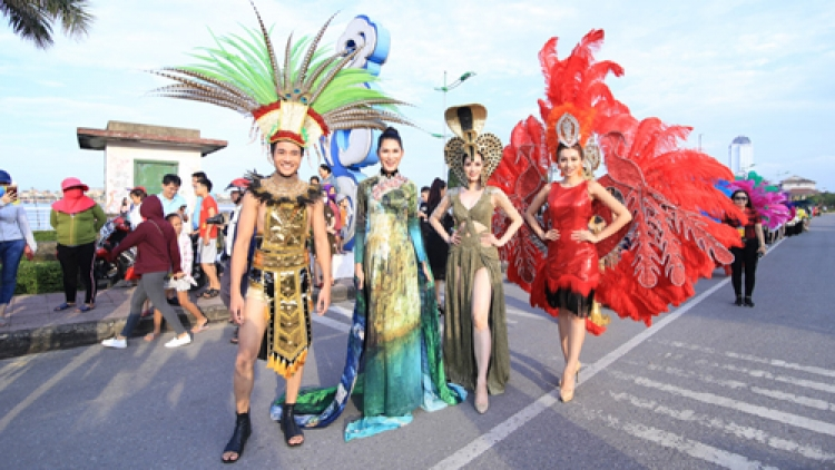 Models in eye-catching outfits at Dong Hoi Carnival