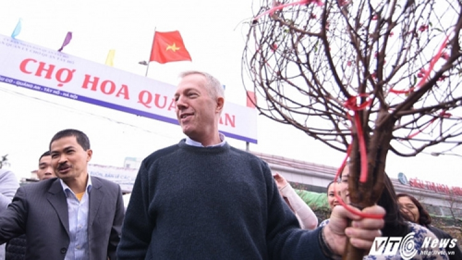 US Ambassador visits Quang An Flower Market