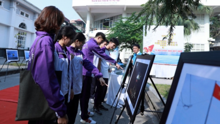 Exhibition featuring images and information on Truong Sa begins in Hanoi