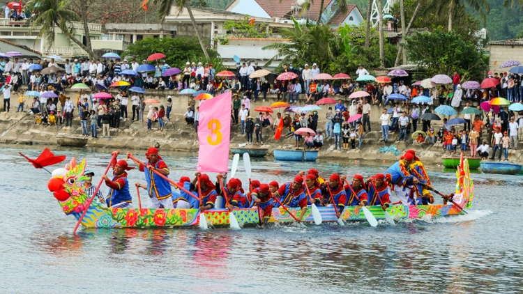 Age-old Ly Son boat race draws crowd of thousands