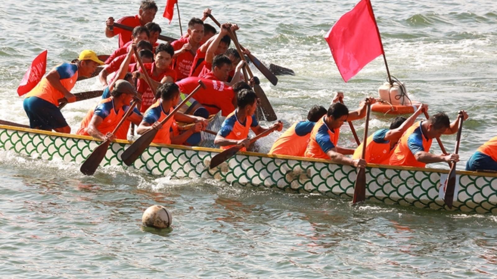 Boat race kicks off New Year in Danang