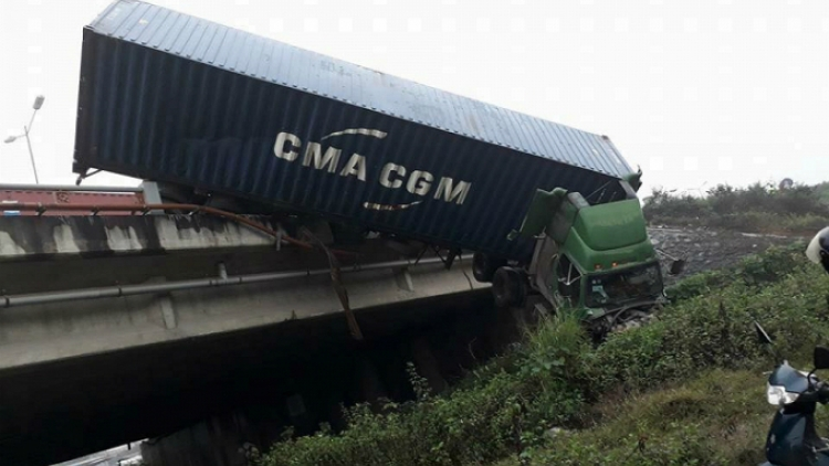 Truck plunges over Hanoi bridge in failed attempt to avoid road crash