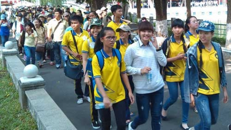 3,000 people walk to raise donations for disadvantaged students