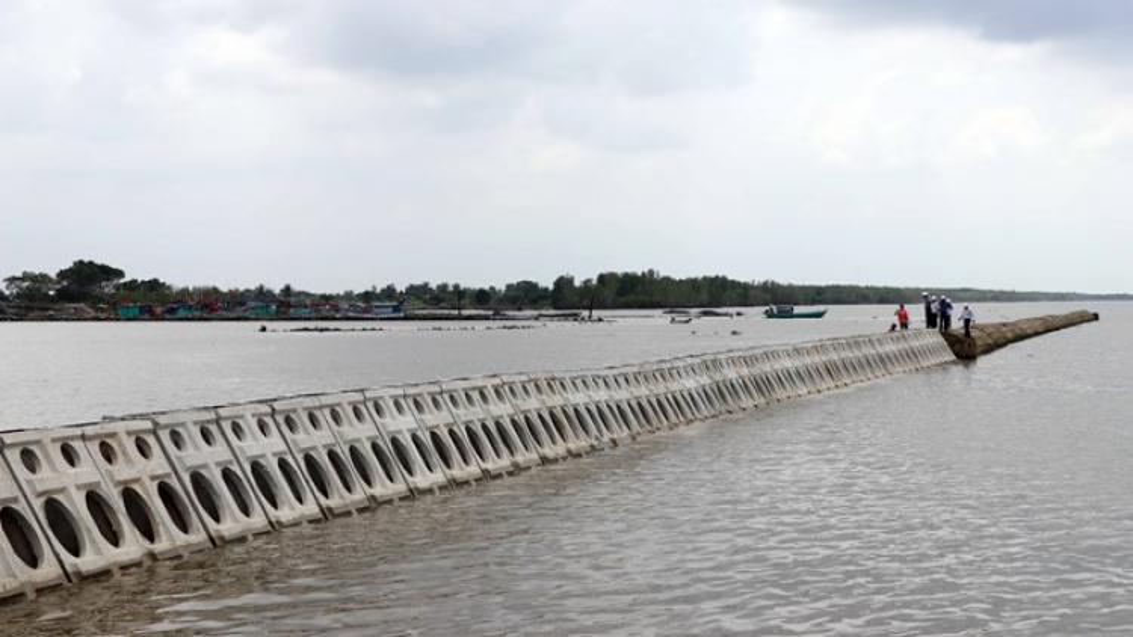 More than VND300 billion to build sea dyke in Thua Thien-Hue