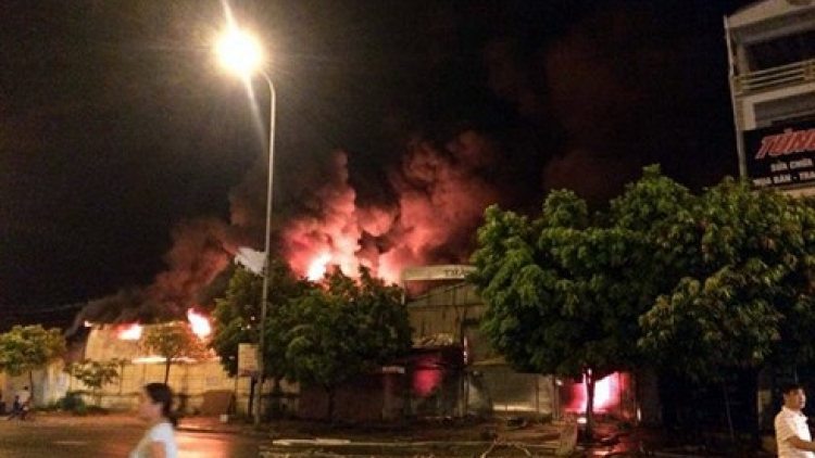 Huge fire rips through Gao market in Hung Yen