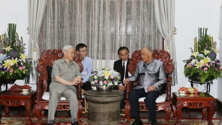 Party leader Nguyen Phu Trong visits Lao former Party chief