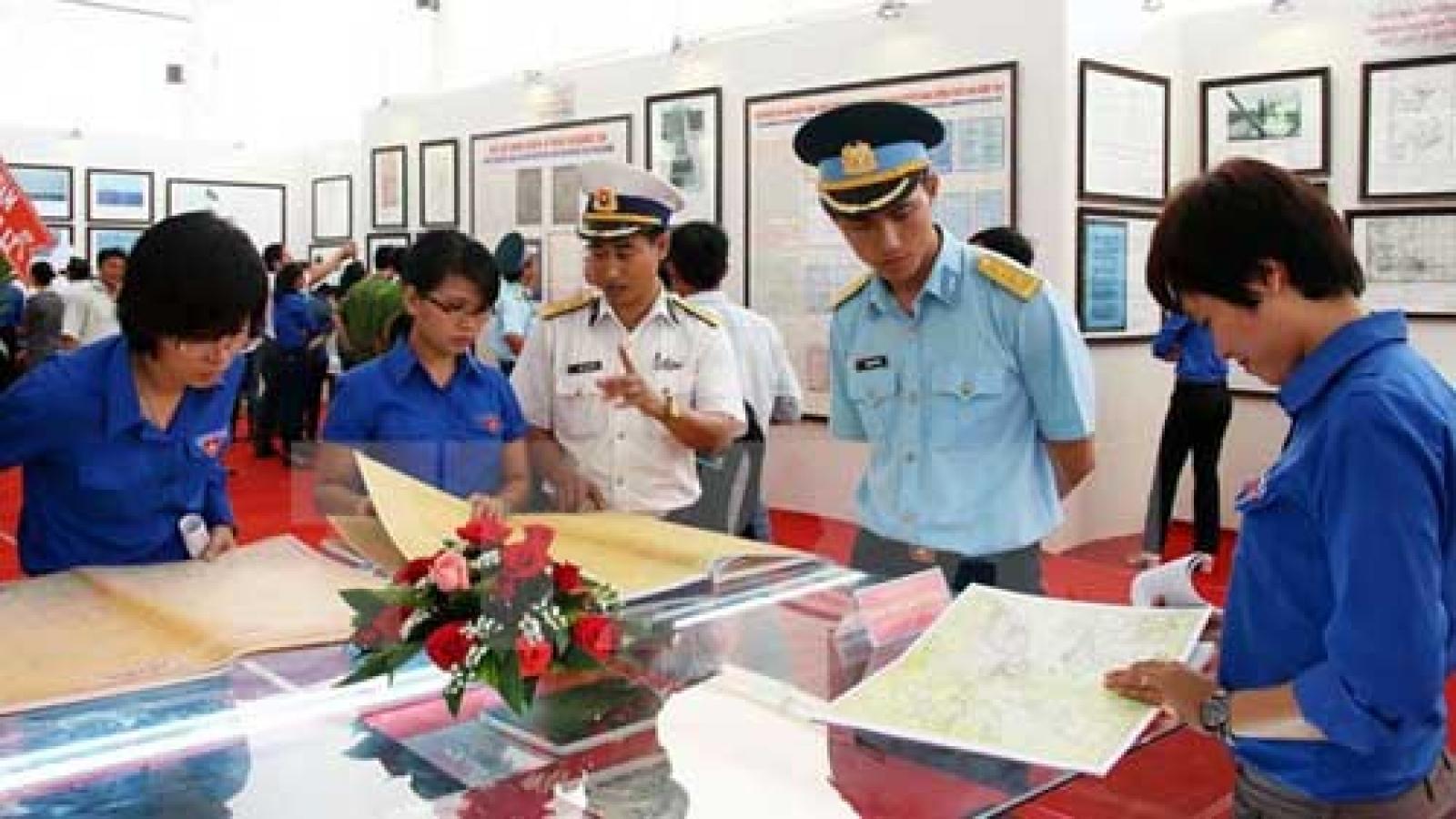 Exhibition on Hoang Sa, Truong Sa comes to border province