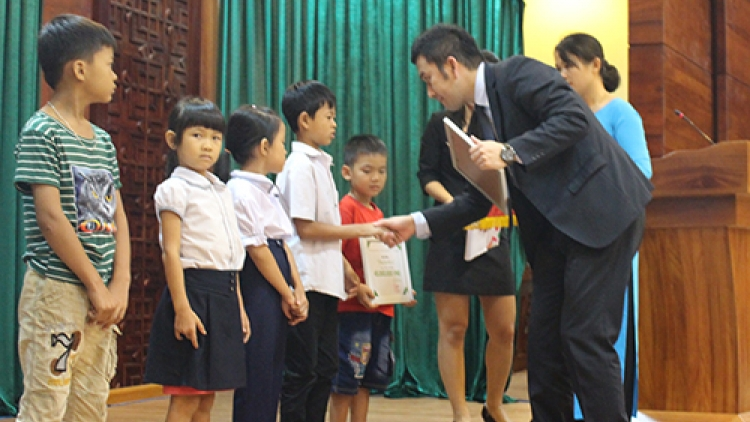 Toyota Vietnam presents scholarships to disadvantaged students