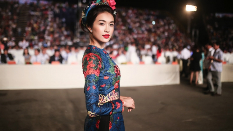 Le Hang charming in traditional costume