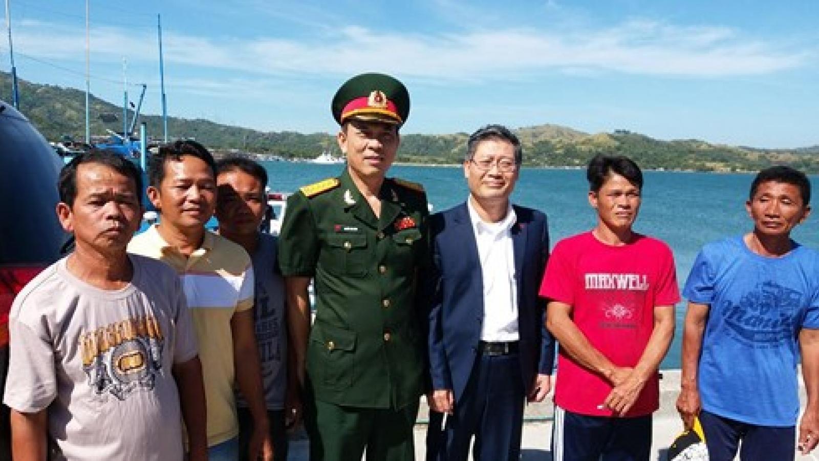 Philippines returns 5 Vietnamese fishermen