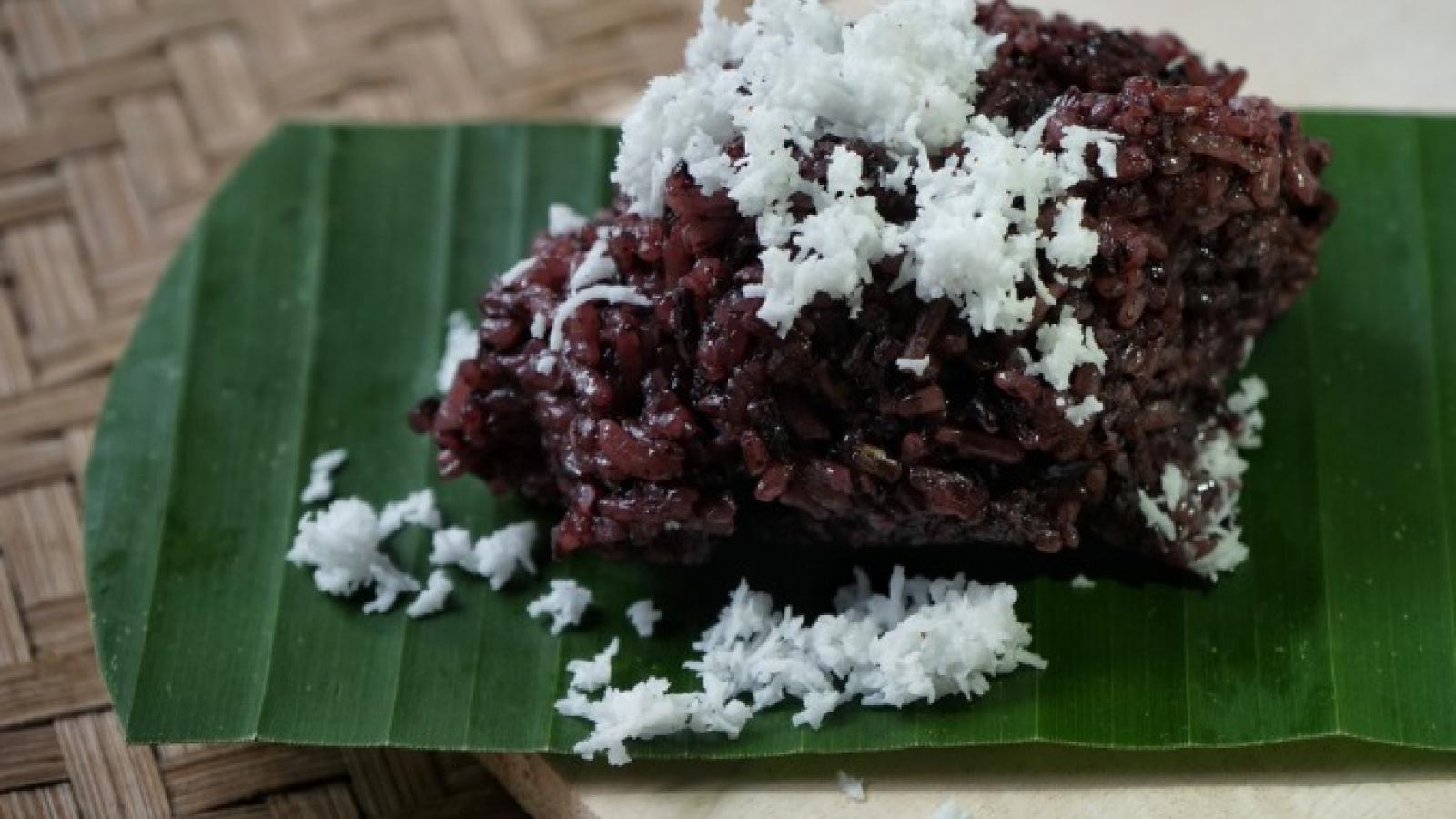 Coconut sticky rice a rare treat on Hanoi streets