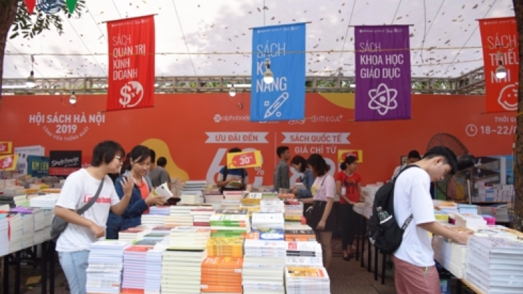 Thousands of readers gather for Vietnam Book Day event