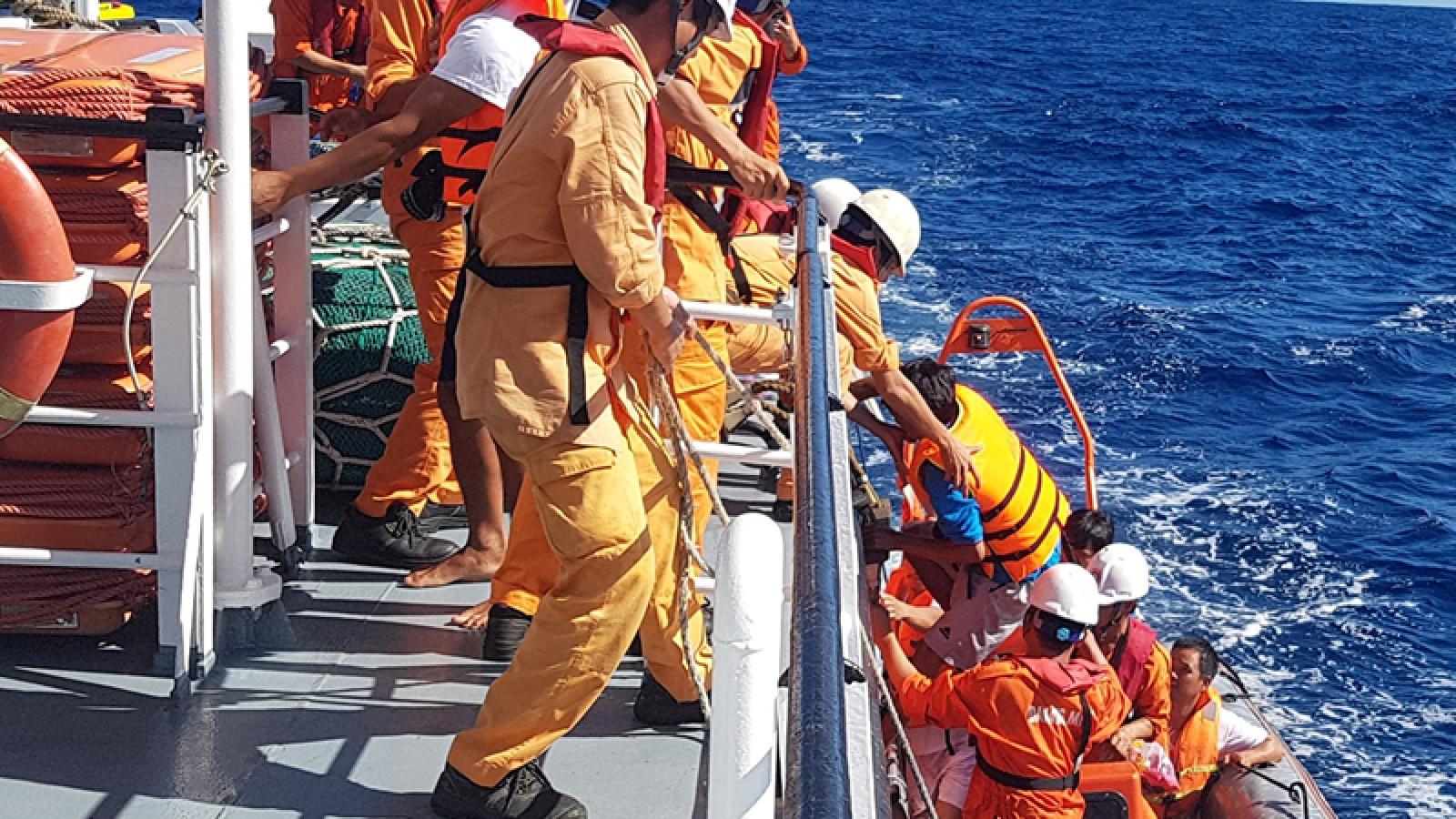 Six fishermen saved from sinking vessel near Hoang Sa archipelago