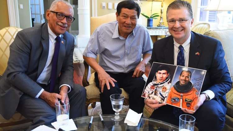 Former NASA chief strives to boost US - Vietnam space cooperation