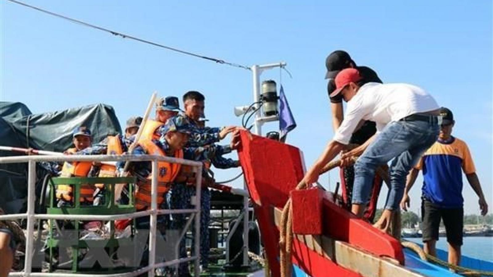 Quang Ngai: six fishermen aboard sunken boat rescued