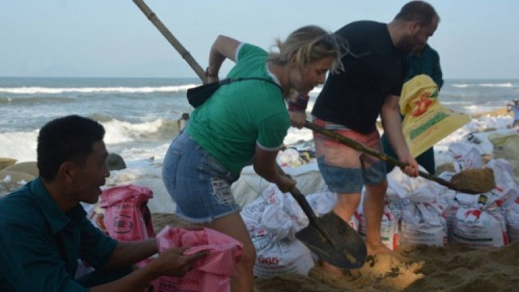 Tourist couple joins locals in dike fortification efforts near Hoi An