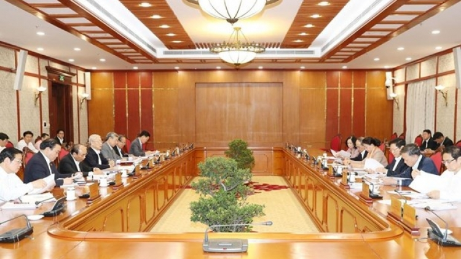 Politburo mulls over anti-corruption documents