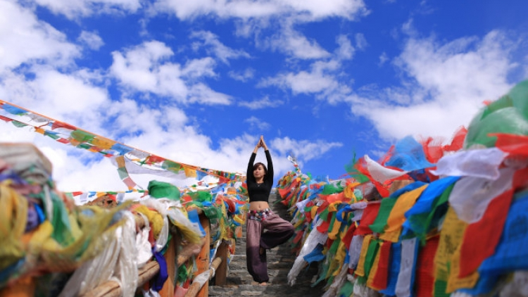 Vietnamese woman performs amazing Yoga postures in Tibet