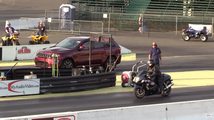 "Video: Grand Cherokee Trackhawk và Suzuki Hayabusa ""so găng"""