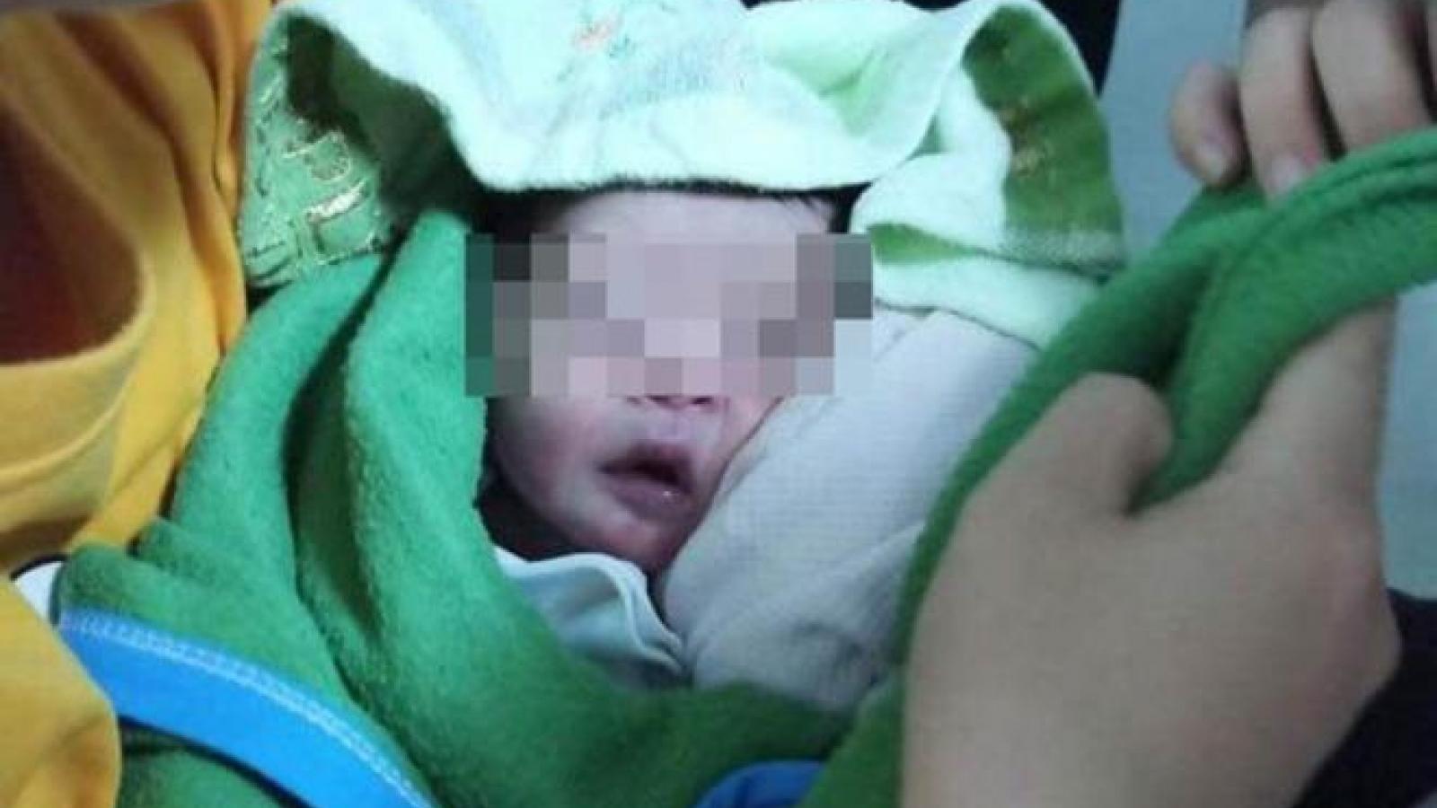 Bé trai sơ sinh bị bỏ rơi trên ghế đá ở TP.HCM