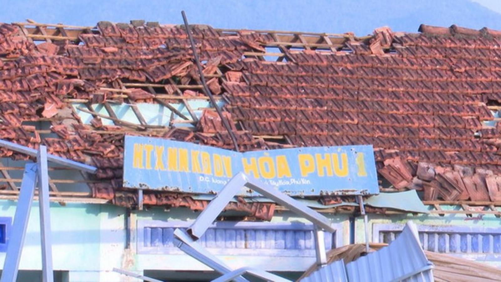 Mưa giông và lốc xoáy, nhiều nhà dân bị tốc mái và mất điện