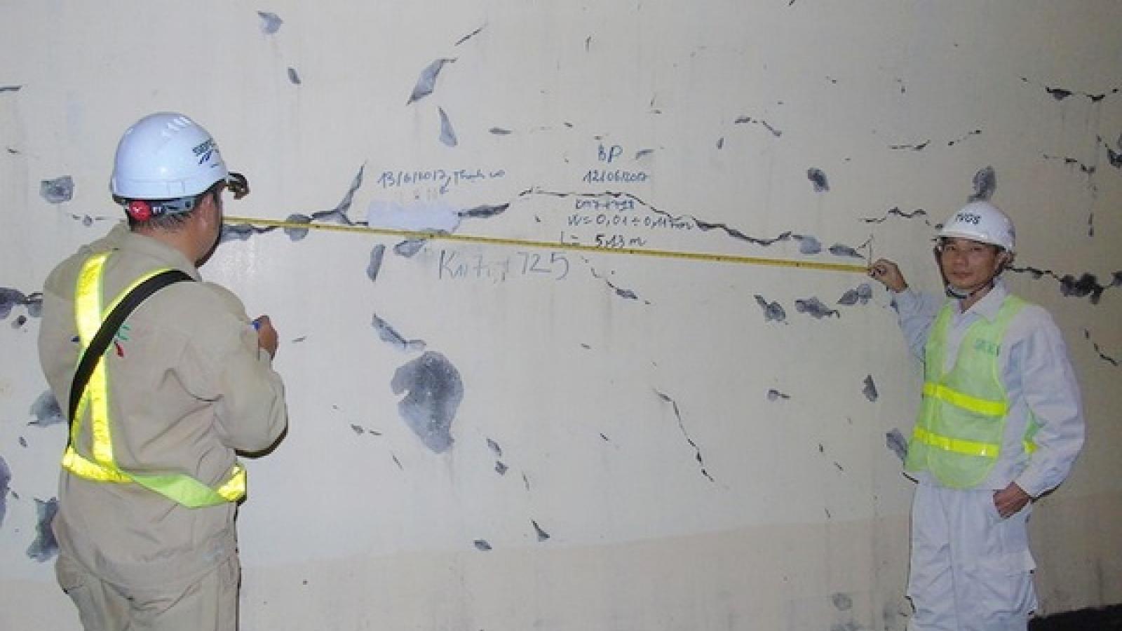 Các vết nứt chằng chịt ở vỏ hầm đường bộ Hải Vân vẫn chưa được xử lý