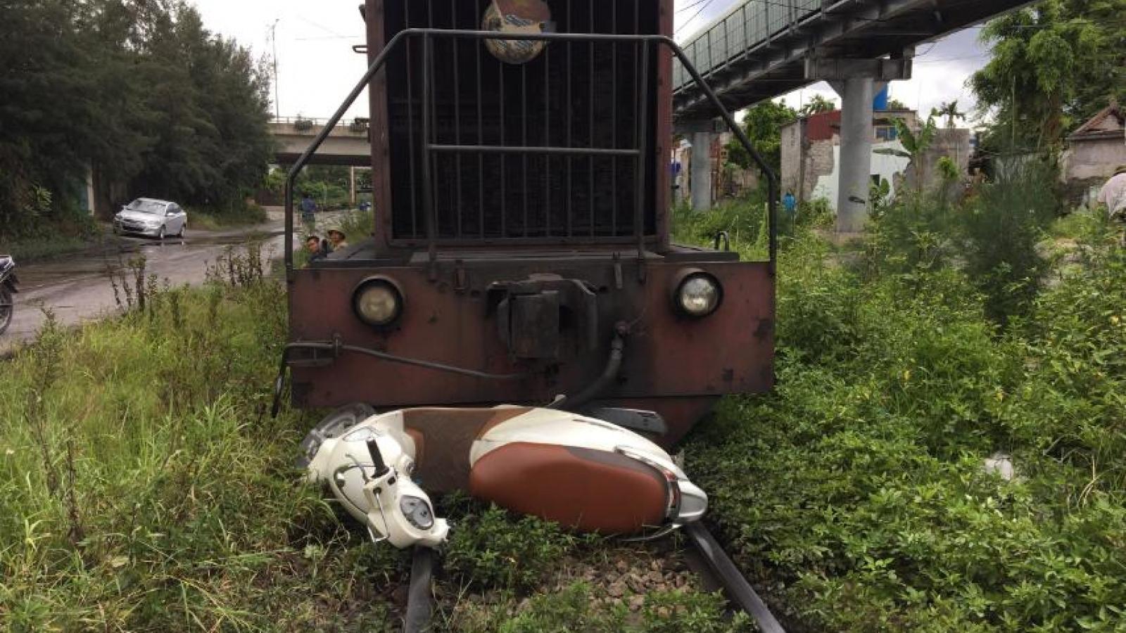 Vượt đường ngang, xe máy bị tàu hỏa kéo theo lê một đoạn