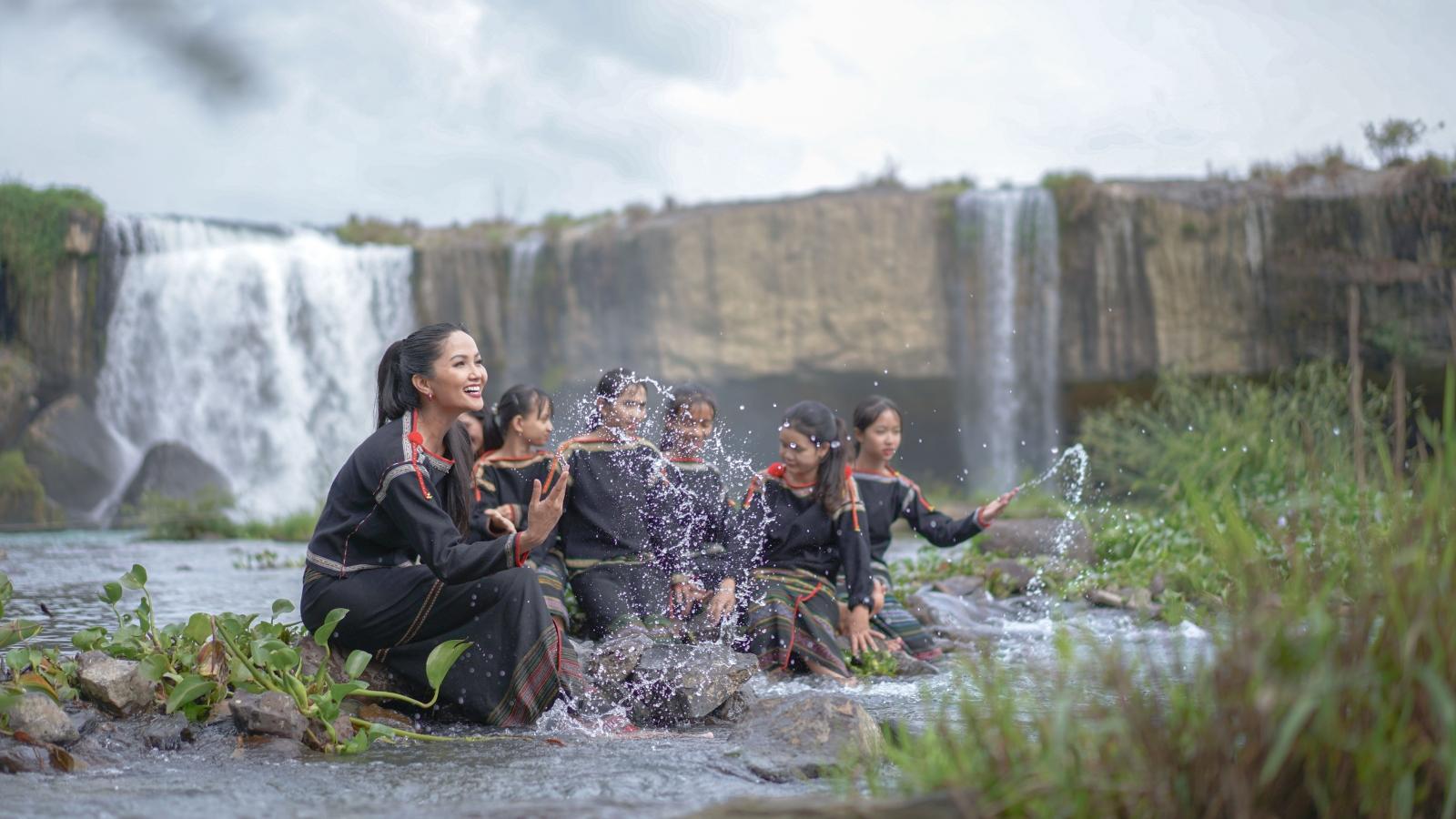 """Hoa hậu H'Hen Niê cover """"Vũ điệu rửa tay"""" cùng các cô gái dân tộc Êđê"""