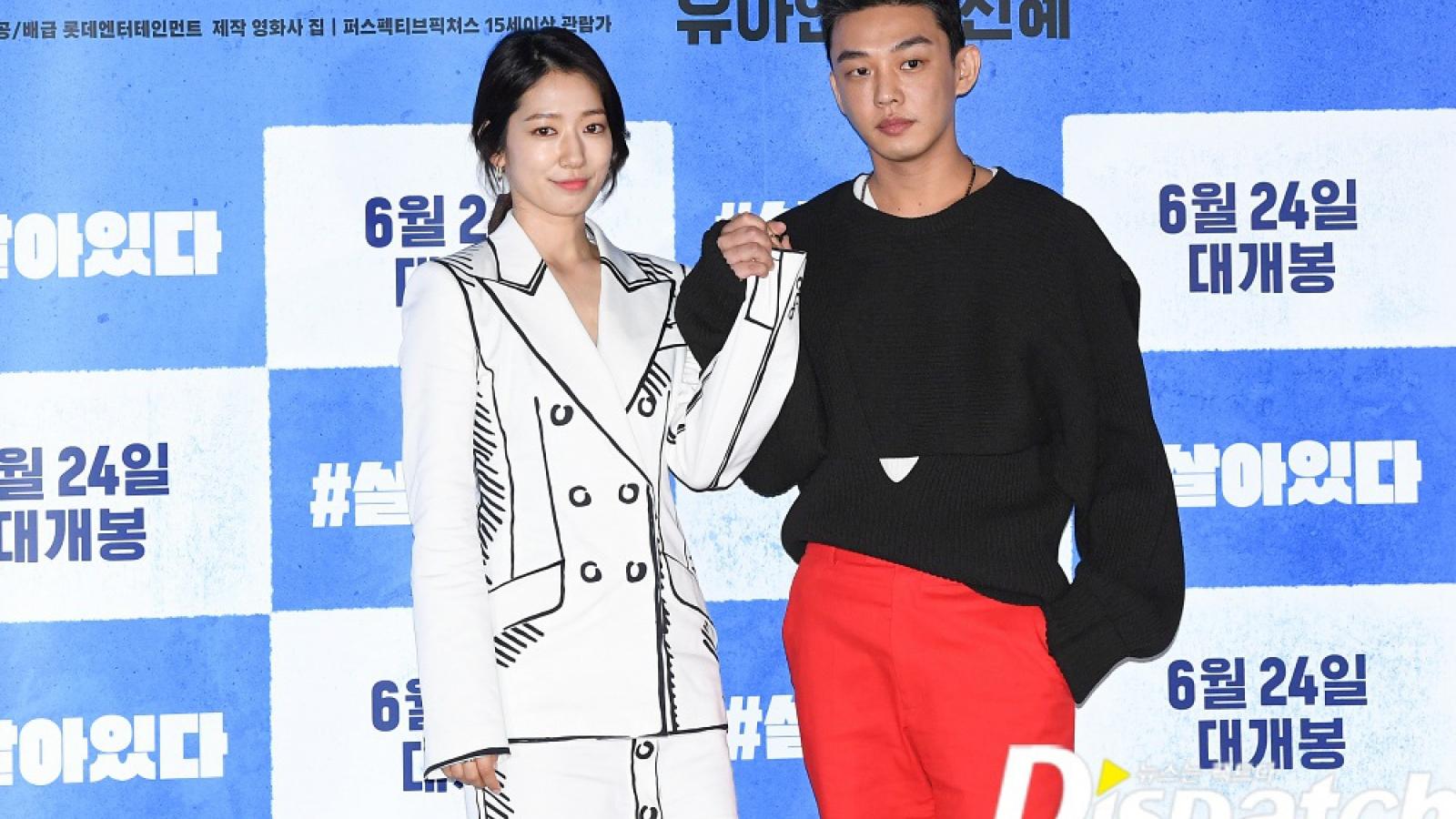 """Park Shin Hye tình tứ nắm tay trai đẹp Yoo Ah In trong họp báo """"Alive"""""""