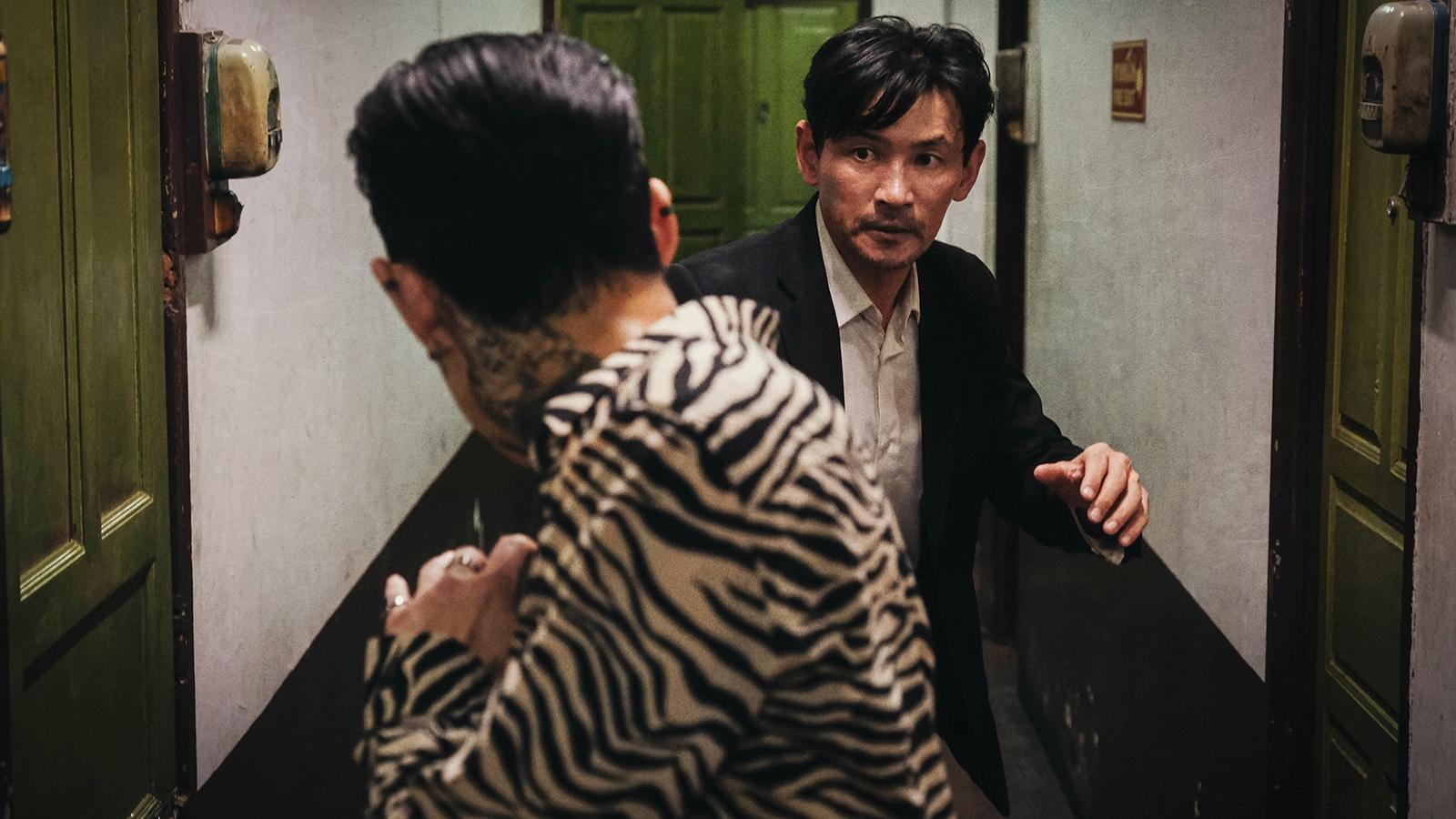 """""""Ông hoàng phòng vé"""" Hwang Jung Min tái xuất với bom tấn hành động mới"""