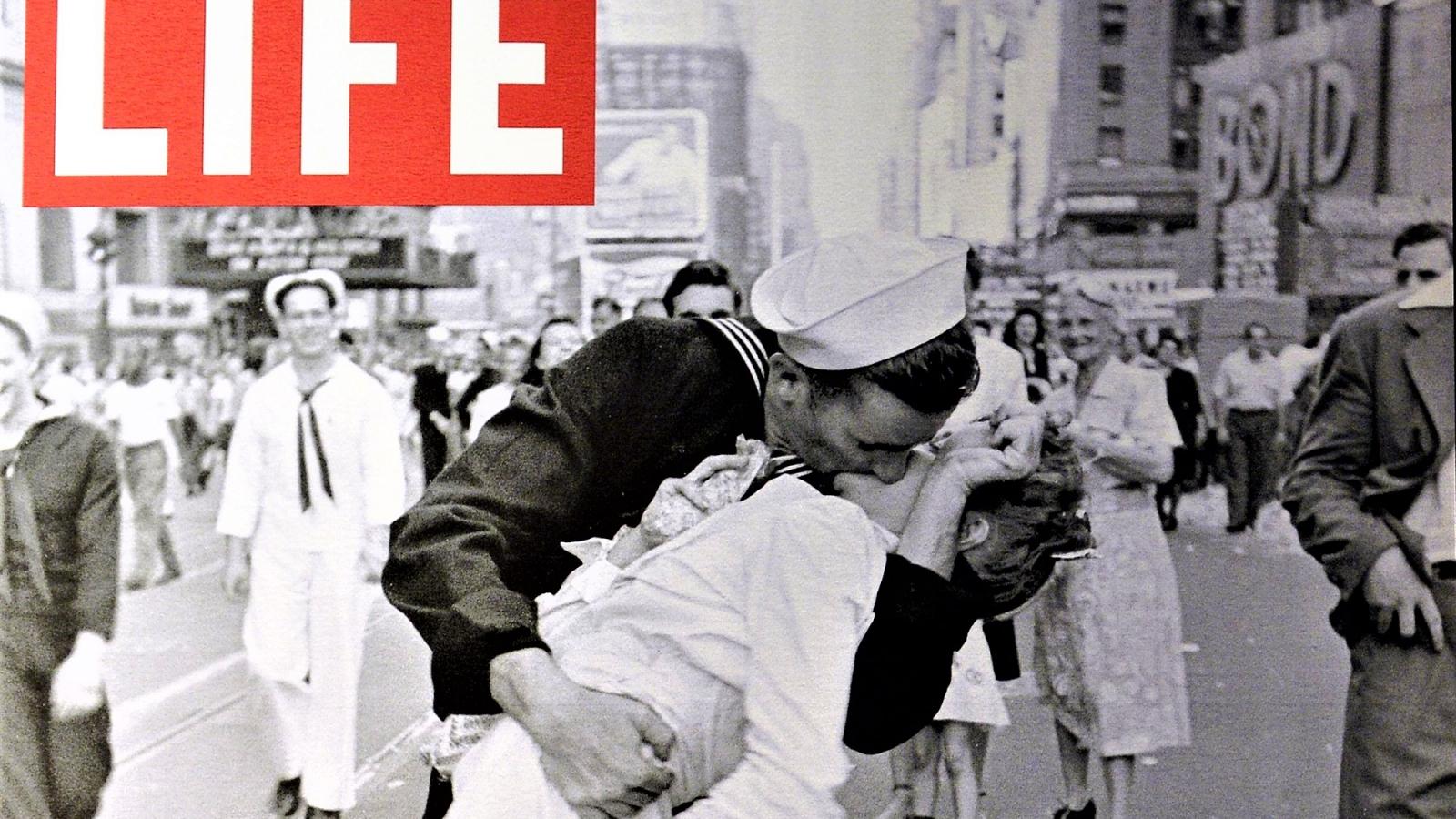 """""""Nụ hôn"""" - Bức ảnh mang tính biểu tượng nhất của Thế chiến II"""